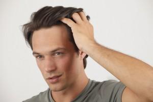 髪を触る人