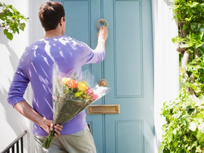 548214dddcebd_-_mcx-man-holding-flowers-door-0111-msc