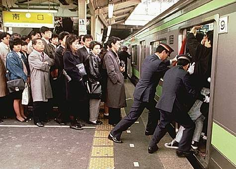 crowded-commuter-train